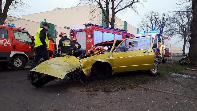 """- Przecież ten kierowca, który rozbił się na drzewie w Kostrzynie, jeździł bez prawa jazdy. To musiało się tak skończyć - twierdzi nasz Czytelnik. O tym, że kierowca nie miał prawa jazdy, poinformowały nas jeszcze dwie inne osoby. Kostrzynianie dodają: - To charakterystyczne auto. Już wcześniej szalał po mieście. Informacje naszego Czytelnika zweryfikowaliśmy w policji. - Mogę potwierdzić, że kierowca volkswagena golfa miał zatrzymane kilka lat temu prawo jazdy - mówi Maciej Kimet z wydziału prasowego Komendy Wojewódzkiej Policji w Gorzowie. Przypomnijmy, volkswagen golf, którego prowadził 38-latek uderzył w drzewo w czwartek, 30 marca. Siła uderzenia była na tyle duża, że z samochodu wypadł silnik, odpadło też przednie koło.Świadkowie zdarzenia mówili, że takie zniszczenia nie powstają przy niewielkiej prędkości. - Ciężki silnik zatrzymał się kilkadziesiąt metrów od samochodu. Przy małej prędkości nie poleciałby tak daleko - mówi mieszkaniec pobliskiego bloku przy ul. Asfaltowej. W dzień wypadku po południu skontaktowało się z nami jeszcze kilku mieszkańców Kostrzyna. - Ten golf to było charakterystyczne auto. Ładnie przerobione, miało zmieniony silnik, było przystosowane do ścigania. Problem w tym, że ktoś szalał nim po mieście. Nie raz widziałem to auto """"w akcji"""" - mówi jeden z naszych Czytelników. - Auto było przystosowane do ścigania i miało porządną klatkę bezpieczeństwa. Gdyby nie ona nie wiadomo, jakby skończył się ten wypadek - dodaje nasz rozmówca.Przypomnijmy. W skutek wypadku volkswagen golf został mocno rozbity. - Kierowca nie odniósł poważniejszych obrażeń. 32-letniego pasażera trzeba było przetransportować do szpitala - mówi M. Kimet z lubuskiej policji. Do transportu 32-latka użyto śmigłowca medycznego. Kierowca volkswagena był trzeźwy.Przeczytaj również:  Golf roztrzaskał się o drzewo w Kostrzynie. Silnik wypadł z auta. Pasażer w szpitalu"""