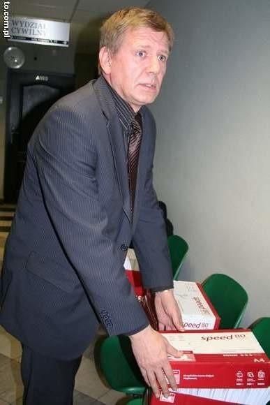 Prezes  Gadomski musiał przygotować 28 odpowiedzi na pozew.