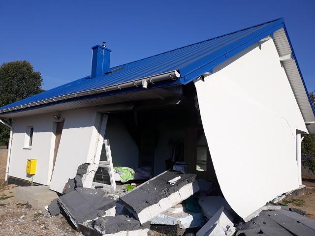 Siła wybuchu częściowo zniszczyła budynek. Runęła m.in. ściana kuchni, w której doszło do eksplozji.