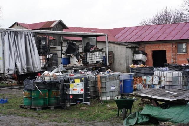 W 2019 roku ujawniono we wsi Szołąjdy, leżącej na styku dwóch województw wielkopolskiego i łódzkiego, w gminie Chodów, nielegalne składowisko odpadów niebezpiecznych.