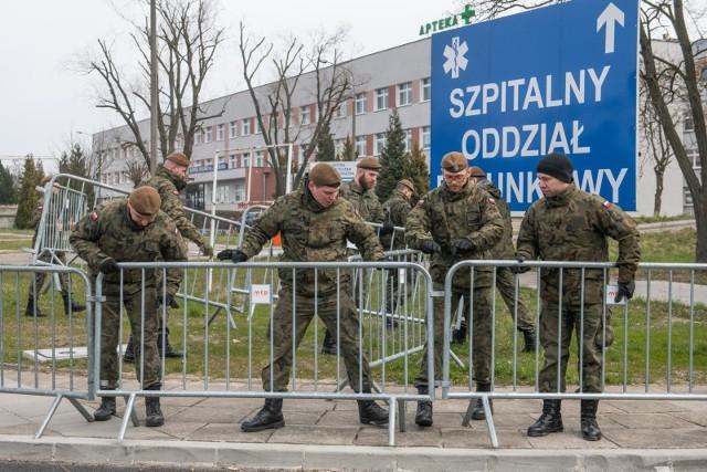 Żołnierze pomagali m.in. przy organizacji szpitala przy ulicy Szwajcarskiej.
