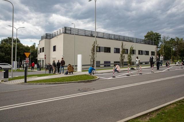 Kolejka do wymazów w krakowskim szpitalu w Prokocimiu