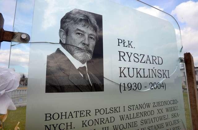 Postać Kuklińskiego do dziś budzi kontrowersje. Na zdjęciu rozbita tablica pamiątkowa przy jednym z bydgoskich wiaduktów nazwanych imieniem pułkownika.