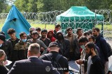 Grupa migrantów wciąż koczuje pod Usnarzem Górnym. Od Polski oddzieleni są płotem z drutu kolczastego