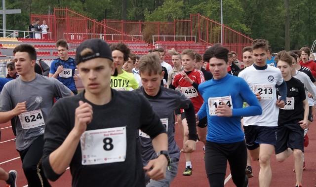 W Inowrocławiu rozpoczął się Piastowski Festiwal Biegowy. Na początek odbyły się biegi dzieci i młodzieży na dystansach 600, 800, 1000, 1200 i 1500 metrów. W sobotę,11 maja ciąg dalszy imprezy, podczas której biegacze zmierzą się na dystansach 5 i 10 kilometrów, a ci najwytrzymalsi na trasie XII Biegu Piastowskiego - półmaratonu z Kruszwicy do Inowrocławia. Sportowych emocji nie zabraknie.