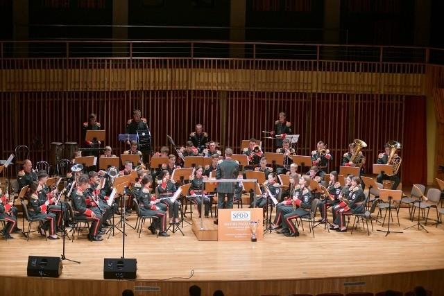 Gra Orkiestra Dęta Rymanów pod dyrekcją Mieszka Szybki.