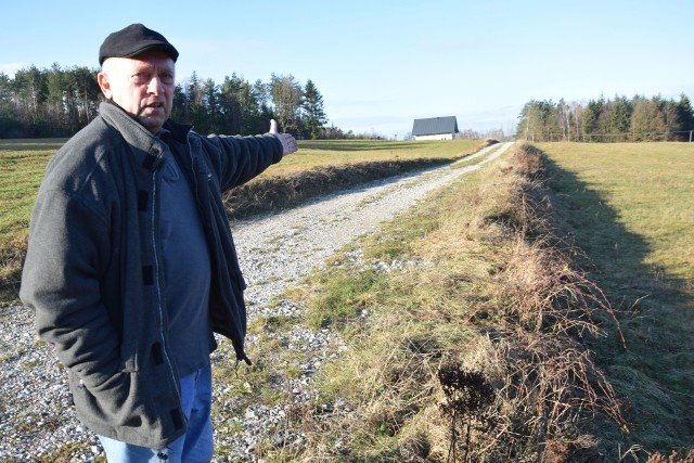 Adam Wychowaniec pokazuję skarpę powstałą – jak twierdzi – na skutek remontu drogi. Od gminy domaga się jej usunięcia.