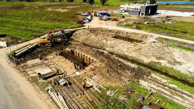 Nowy most na Serafie w Kokotowie (gmina Wieliczka) ma być gotowy w grudniu 2021 roku. Inwestycja jest niezbędna dla powstającej tu bazy Lotniczego Pogotowia Ratunkowego