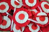 Biało-czerwona rozeta - symbol patriotyzmu. Jak ją przygotować? [PORADNIK]
