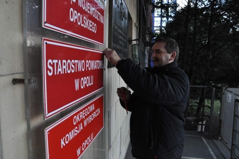 Dziś z urzędu wojewódzkiego odkręcono tez tabliczkę z napisem Starostwo Powiatowe w Opolu.
