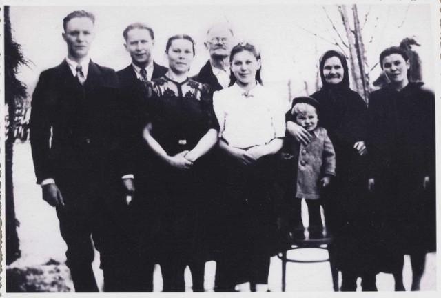 Wanda Kobylańska (w białej bluzce), mama pani Małgorzaty, z rodzicami i rodzeństwem. Jako jedyna z rodziny przeżyła masakrę 28 lutego 1944 roku