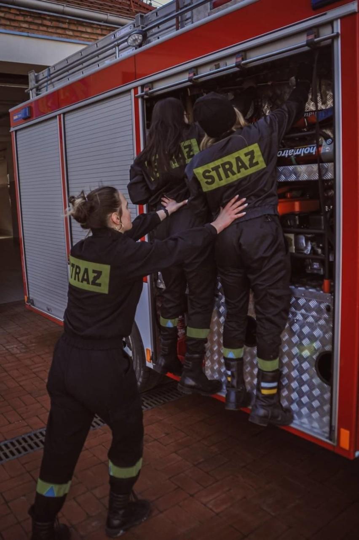 """Oto strażaczki z Pruszcza Gdańskiego w wyjątkowej sesji na Dzień Kobiet. """"Każda jest inna, ale łączy je wspólna pasja"""""""