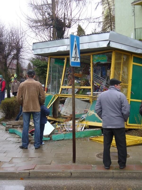 Dąbrowa Bialostocka. Star zniszczyl kiosk....