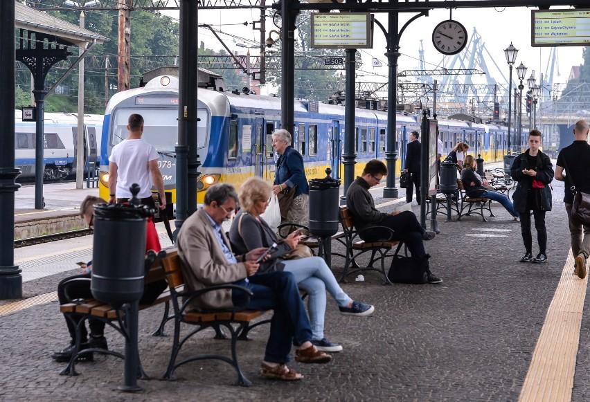 SKM Trójmiasto: Pociągi się spóźniają, pasażerowie narzekają na kolejki widma