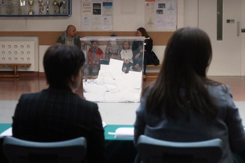 W okręgu 32 (teren Zagłębia Dąbrowskiego i Jaworzna) podczas ostatnich wyborów wybrano 9 posłów. Czworo to przedstawiciele Prawa i Sprawiedliwości, troje - Koalicji Obywatelskiej i dwoje będzie w Sejmie reprezentowało Sojusz Lewicy Demokratycznej.Oglądajcie zdjęcia