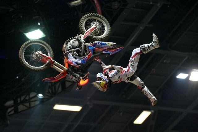 Takie akrobacje oglądali widzowie Diverse Night of the Jumps podczas zawodów w 2014 roku