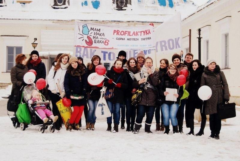 Uczestniczki marszu przed białostockim Ratuszem.