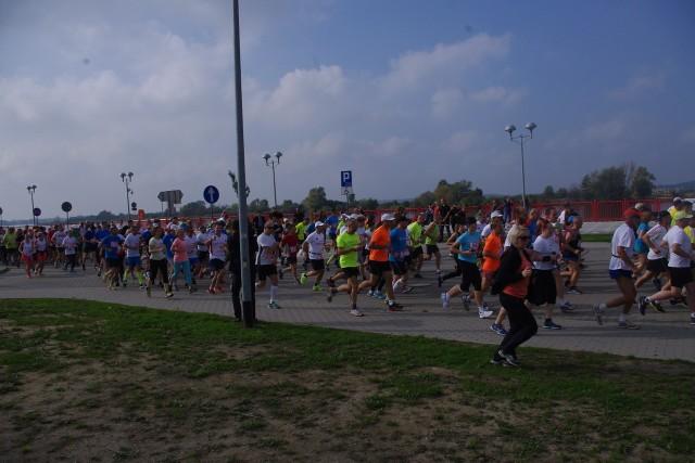 W weekend w Gryfinie odbył się bieg transgraniczny Gryfino-Gartz, w którym uczestniczyło około 400 osób. Biegacze wystartowali z gryfińskiego nabrzeża, potem przebiegli pod mostem a następnie udali się w kierunku Mescherin i dalej do Gartz.