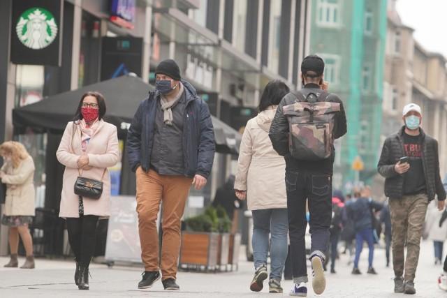 Obowiązek utrzymania co najmniej 1,5-metrowej odległości między pieszymi.Wyłączeni z tego obowiązku są:• rodzice z dziećmi wymagającymi opieki (do 13. roku życia),• osoby wspólnie mieszkające lub gospodarujące,• osoby  z orzeczeniem o niepełnosprawności,  osoby z orzeczeniem o stopniu niepełnosprawności, osoby z orzeczeniem o potrzebie kształcenia specjalnego, osoby niemogące się samodzielnie poruszać i ich opiekunowie.• osoby, które zakrywają usta i nos za pomocą maseczki.