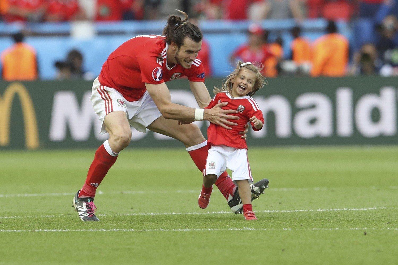 439ef7f42 Zwycięstwo nad Irlandią Północną w 1/8 finału Garetha Bale celebrował razem  z córką Albą