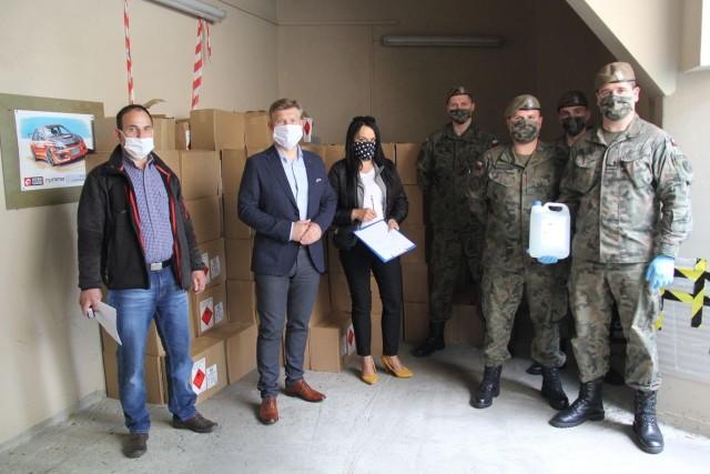 Waldemar Trelka, starosta radomski (drugi od lewej) podziękował Wojskom Obrony Terytorialnej za dotychczasową współpracę i pomoc dla mieszkańców powiatu radomskiego.