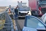 Groźny wypadek na DK 10. W Pawłówku zderzyły się trzy samochody, w tym dwie ciężarówki. Ruch jest zablokowany