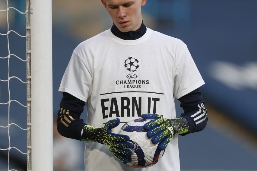 Wymowne koszulki piłkarzy Leeds United przed meczem z...