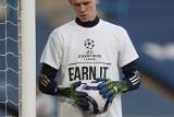 Wymowne koszulki piłkarzy Leeds United przed meczem z Liverpoolem.