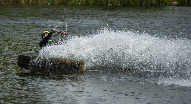 Wakeboarding przez ostatnie lata zdobywa coraz większą popularność i podbija serca miłośników sportów wodnych.