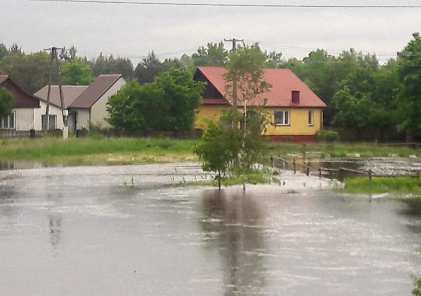 Obrona przed Łęgiem w gminie Grębów. Brakuje wału. Woda podtopiła domy