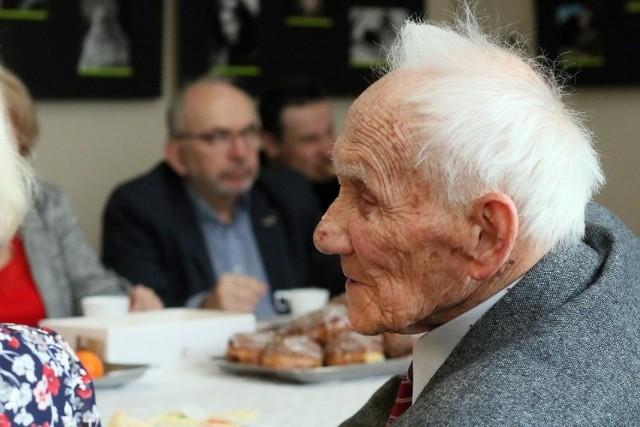 Minimalna emerytura 2021. W 2020 roku emeryturę minimalną pobierało 230 tysięcy seniorów, a kwot poniżej jej wartości 310 tysięcy seniorów.Waloryzacja emerytur i rent doprowadziła jednak do wielu zmian. Ile wynosi próg minimalny w przypadku tego rodzaju świadczenia? Kto może ubiegać się o emeryturę minimalną? O wszystkich ważnych informacjach odnośnie minimalnej emerytury w Polsce przeczytacie poniżej.WIĘCEJ NA KOLEJNYCH STRONACH>>>