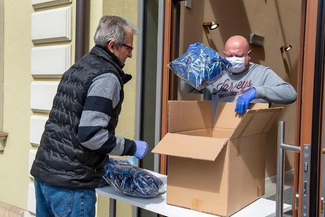 Do Wieliczki dotarła pierwsza partia (ok. 10 tys. sztuk) zamówionych przez gminę maseczek ochronnych. Od razu ruszyła ich dystrybucja