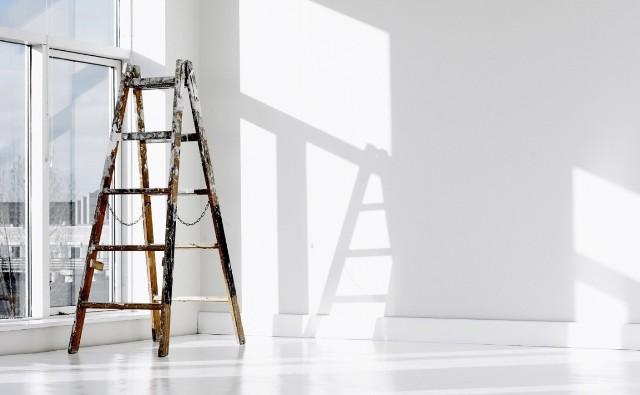 Ściany mieszkania możemy pomalować samodzielnie. Warto jednak przestrzegać kilku zasad, które ułatwią nam pracę i sprawią, że ściana będzie naprawdę dobrze pomalowana.