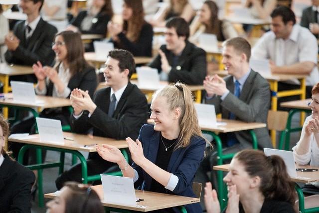 Uczniowie I LO w Słupsku tuż przed egzaminem.