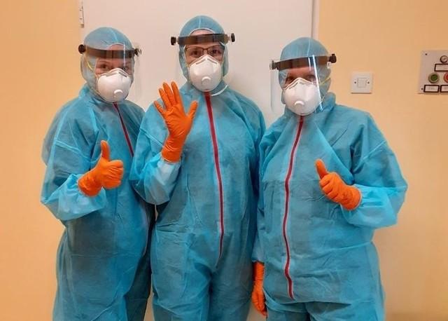Trzy pracownice laboratorium w szpitalu przy Szwajcarskiej mają do dyspozycji nową maszynę do przeprowadzania testów na koronawirusa.