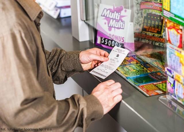 5000 złotych wypłacanych każdego miesiąca przez 20 lat – taką główną wygraną w Ekstra Pensji może od środy cieszyć się osoba, która zagrała w punkcie LOTTO przy ulicy Wiczlińskiej 44 A w Gdyni.