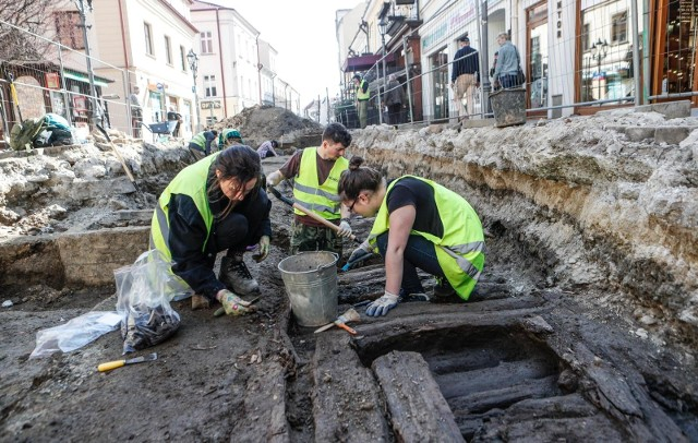 Archeolodzy pracują na ul. Kościuszki w Rzeszowie. Zabytkową, drewnianą nawierzchnię ulicy archeolodzy odkryli na długości około 18-20 metrów. Znaleźli też wiele monet i biżuterii, a także sporo elementów dawnych strojów.