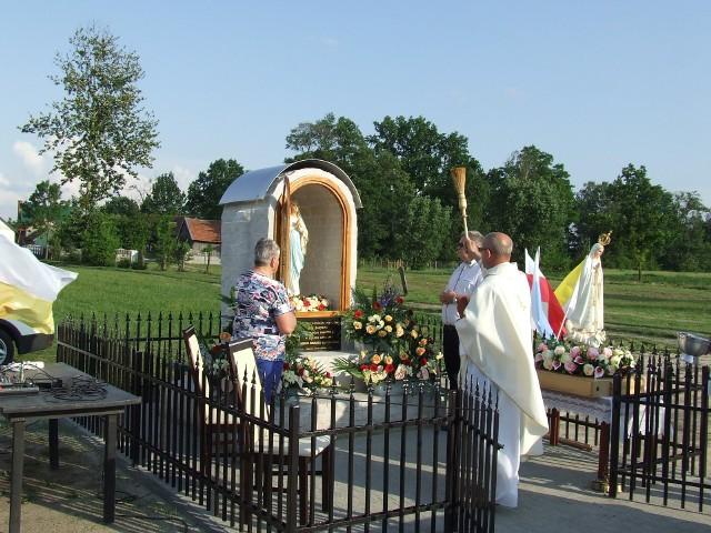 Kapliczkę poświęcił proboszcz parafii w Ślęzakach Stanisław Rząsa
