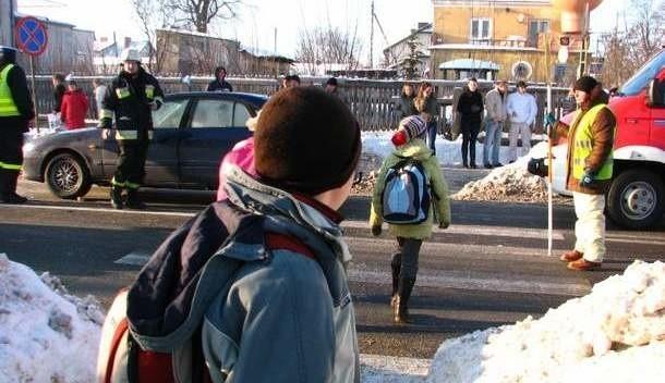 Wypadek wydarzył się tuż przed godziną 14 na ulicy 3 Maja w Ostrowi Mazowieckiej, na przejściu dla pieszych w pobliżu Szkoły Podstawowej nr 1.