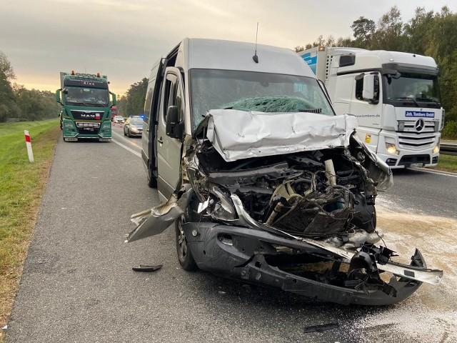 Wypadek na autostradzie A4 na wysokości Niemodlina. Bus wjechał w tył ciężarówki. Pięć osób w szpitalu!