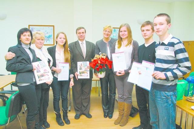 Tylko 5 szkół w Polsce może się pochwalić dyplomami uznania otrzymanymi od prezydenta Niemiec. Opolskiemu PG 8 przyznano je już drugi raz (poprzednio za projekt o rodzinie i firmie Gabor).