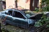 Wypadek w Pruszczu Gdańskim. 25-latka staranowała drzewo i wjechała w paczkomat