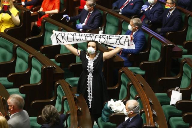 Większość KO nie wybrała się na zaprzysiężenie Andrzeja Dudy. Nie zabrakło wymownych gestów ze strony posłów i posłanek Lewicy czy Klaudii Jachiry.