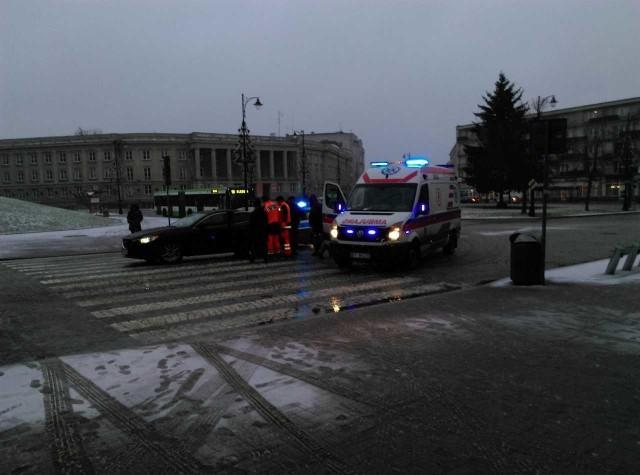 Wypadek w centrum. Mazda potrąciła starszą kobietę. Zabrało ją pogotowie
