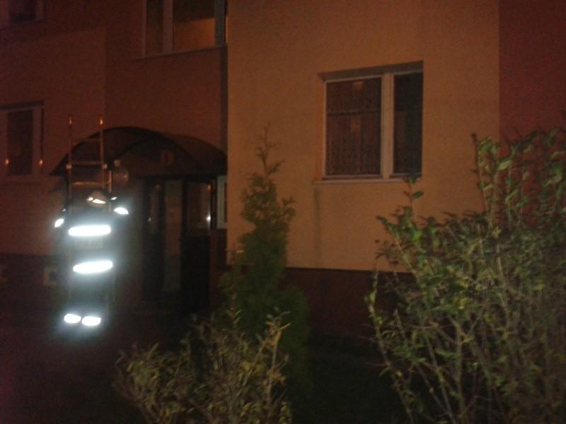Strażacy przy pomocy drabiny weszli do mieszkania.