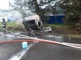 Śmiertelny wypadek w Redzie 9.07.2021. Na DK6 samochód uderzył w drzewo i stanął w płomieniach. Zginął kierowca
