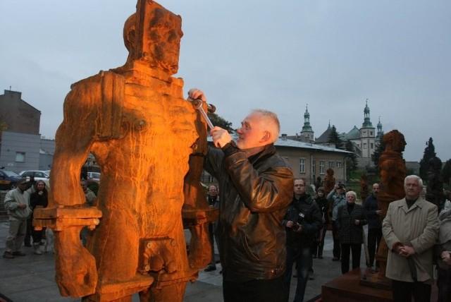 Autor Żelaznych Zbigniew Frączkiewicz, ostatnią rękę jednego z posągów montował przy widzach zgromadzonych na Placu Artystów w Kielcach. Fot. Ł. Zarzycki