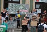 Mieszkańcy protestowali przed Urzędem Miasta przeciwko wycince drzew w Szczecinie [ZDJĘCIA]