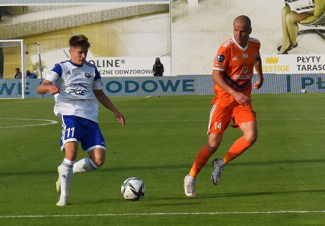 Maksymilian Sitek (przy piłce) pokazał się z dobrej strony w debiucie w barwach PGE Stali Mielec