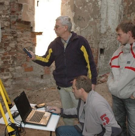 Dr Jacek Kościuk (z lewej) wraz z ekipą inwentaryzują głogowskie zabytki od kilku tygodniu. Korzystając z dobrej pogody częściej można ich spotkać w ruinach kościoła św. Mikołaja (na zdjęciu)